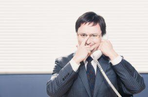男性マネージャーが電話をしている
